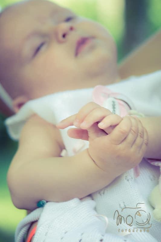 primer plano manos del bebé unidas
