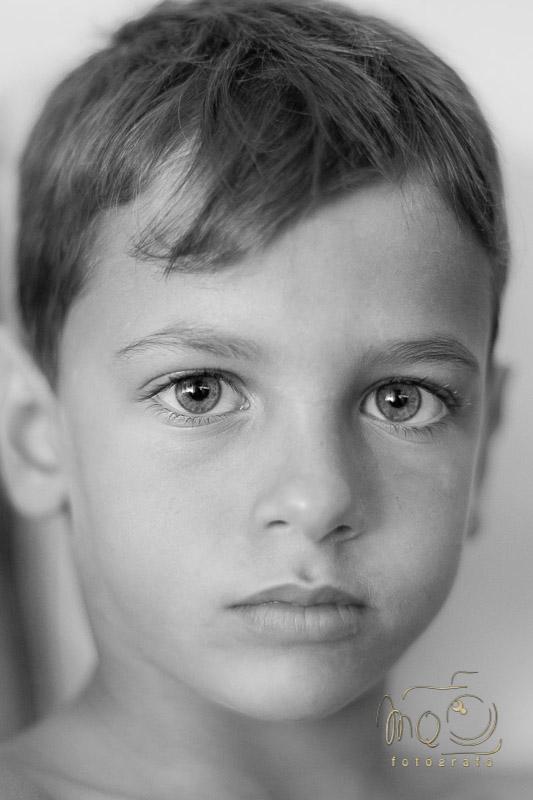 primer plano en blanco y negro de niño mirando a cámara