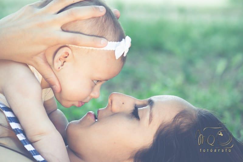 primer plano madre y bebé mirandose