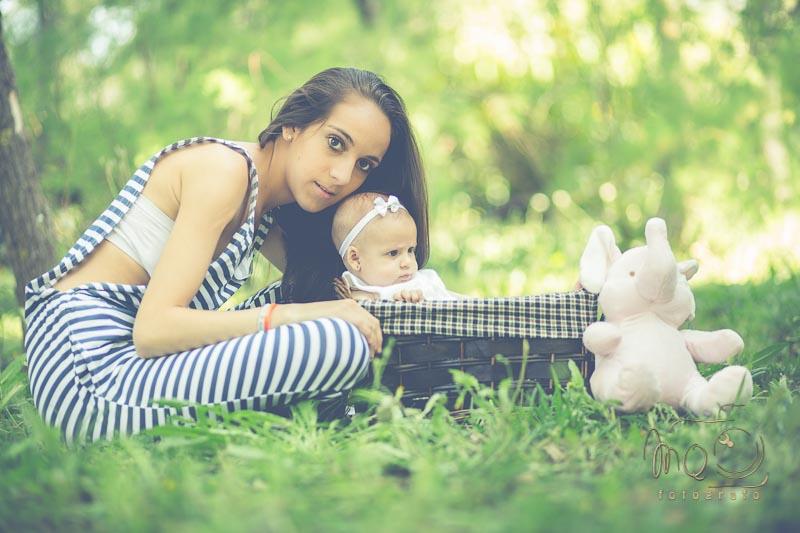 foto de madre con su hija dentro de una canasta