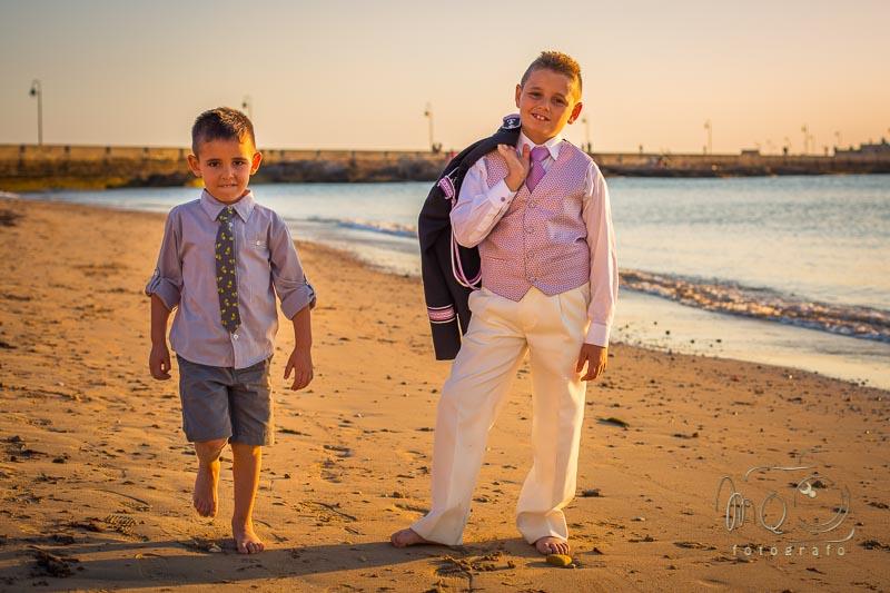 niño de comunión con su hermano en la playa de Cádiz
