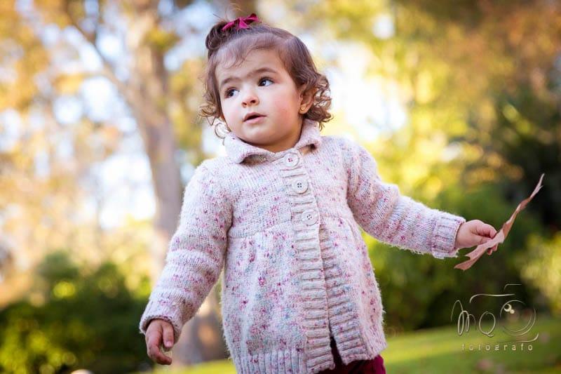 niña pequeña con lazo rojo andando
