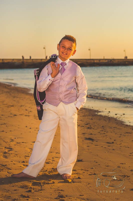 niño vestido de comunion en playa de cadiz