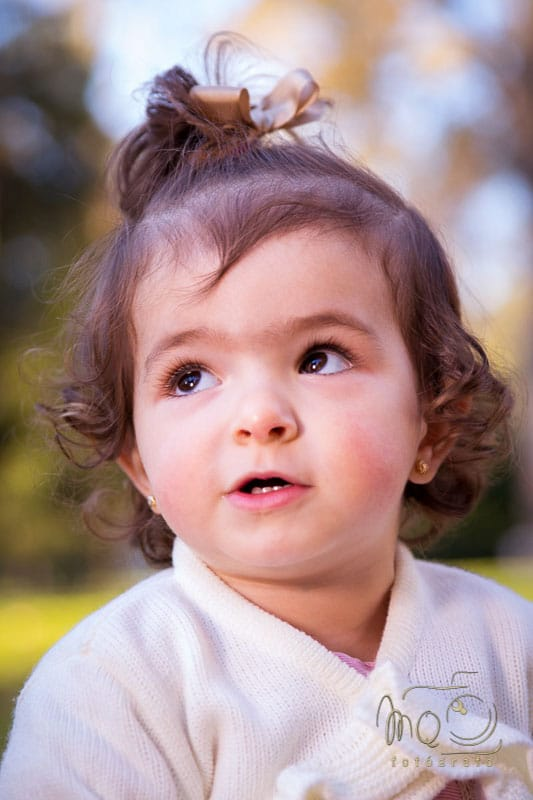 primer plano de niña mirando de reojo