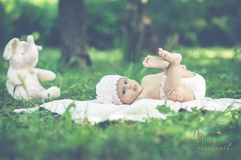 Foto de niño con piernas arriba en galería de bebés