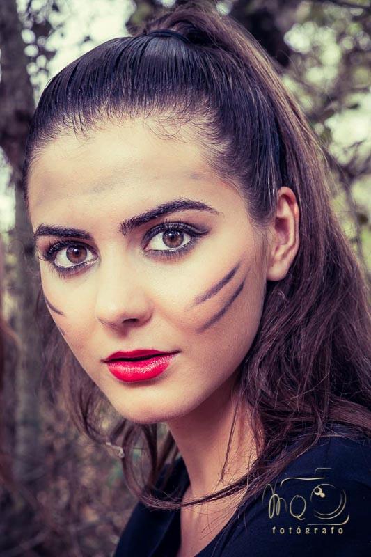 primer plano de chica con maquillaje de india