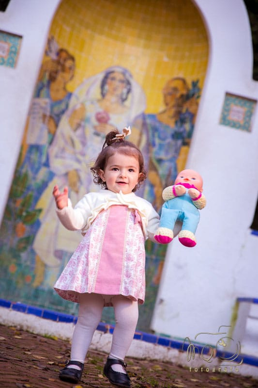 niña Aldara con muñeca en la mano