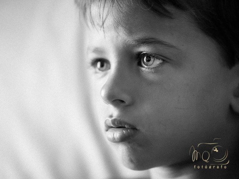 primer plano de niño desenfocado en blanco y negro
