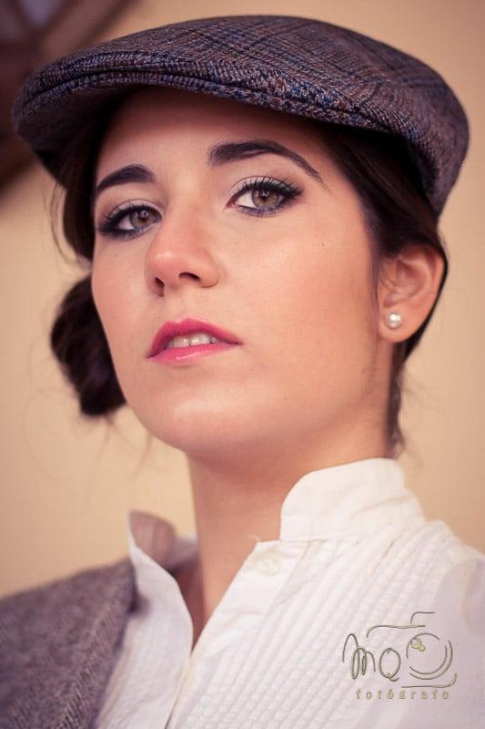 retrato primer plano de chica con gorra a cuadros