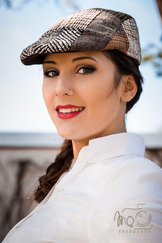 retrato de chica con gorra a cuadros y piercing en la nariz