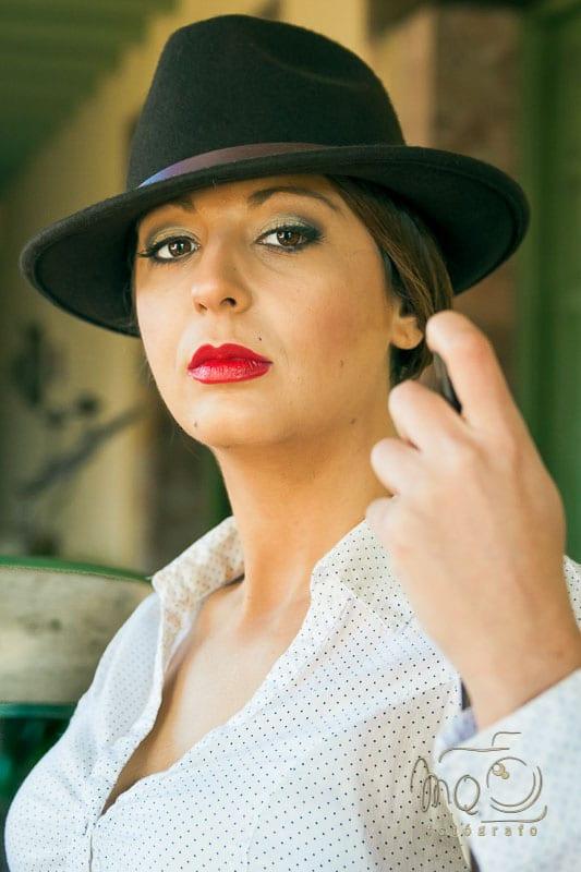 retrato de chica con sombrero y labios rojos