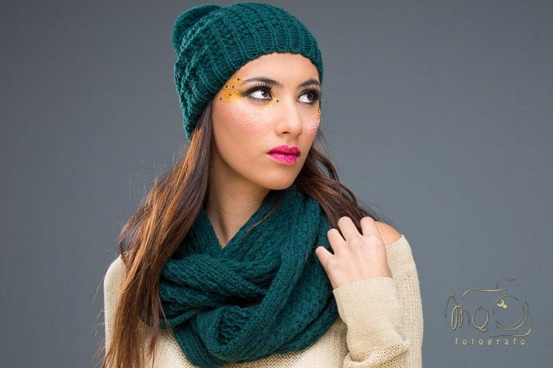 retrato de Irene plano americano, gorro y bufanda verdes de lana