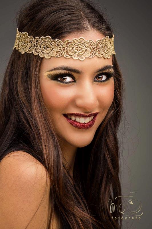 retrato de chica con diadema color oro