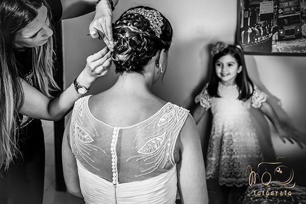 niña mirando a novia peinandose