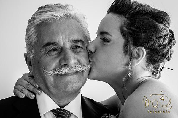 novia besando al padre antes de la boda