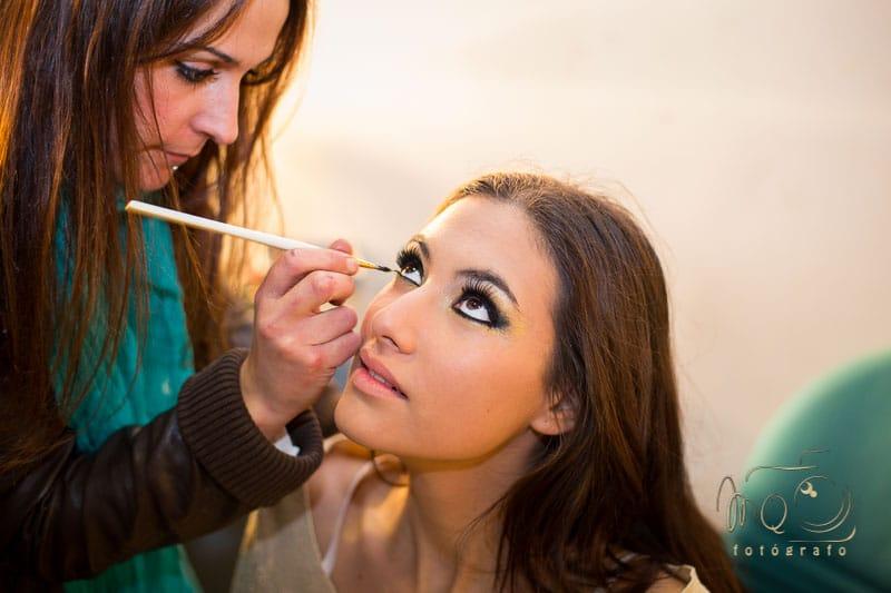 Ángela maquillando con lápiz a la modelo