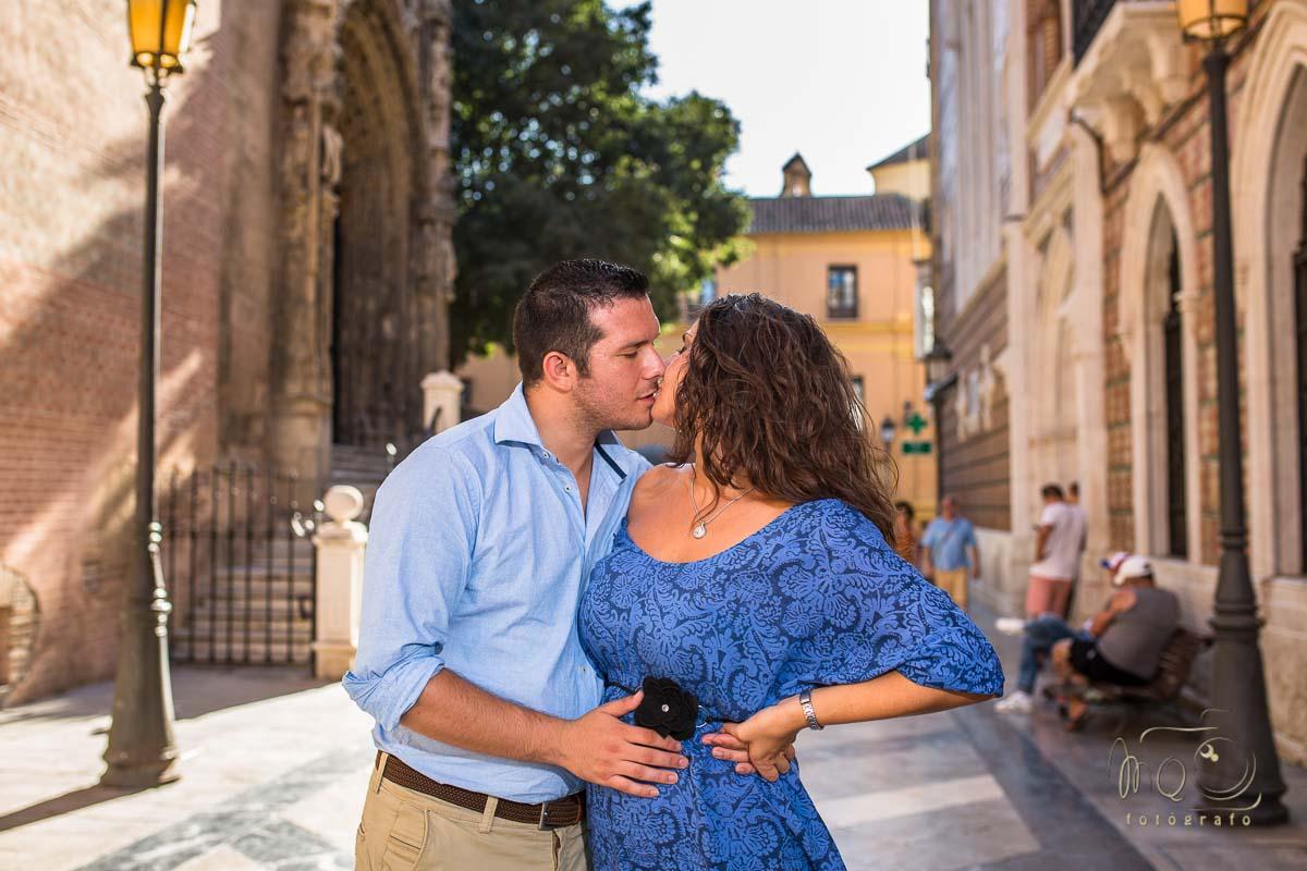 Beso de los novios por las calles de Málaga