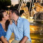 Foto Preboda de Alicia y Paco beso sentados en una fuente, de noche,