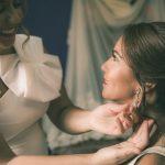Sandra poniendolo los pendientes a su hermana Cristina antes de la boda con Arte en Jerez
