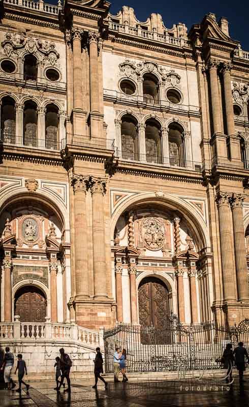 novios en pequeño bajo la catedral de Málaga durante su preboda