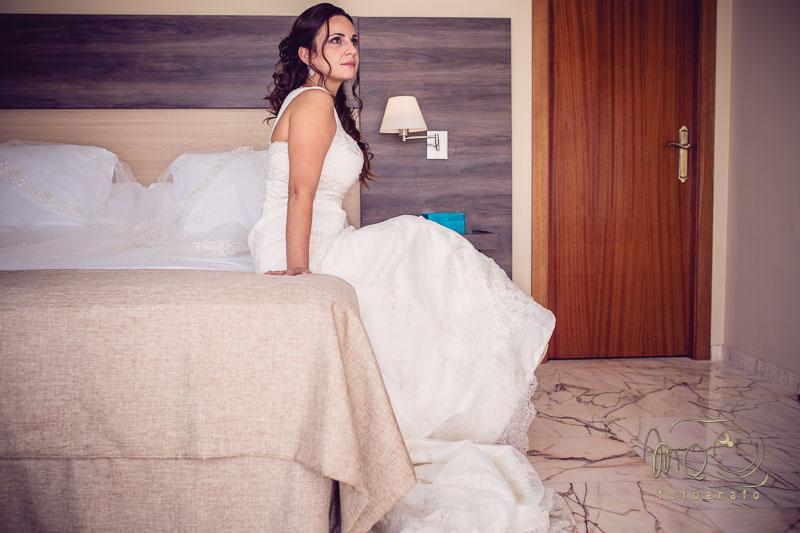 novia sentada en la cama de su habitación