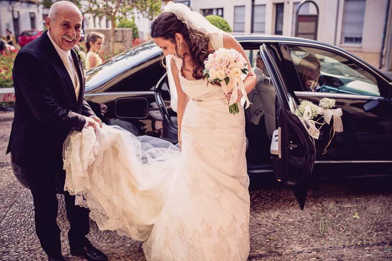 novia bajándose del coche con su padre antes de entrar a la iglesia