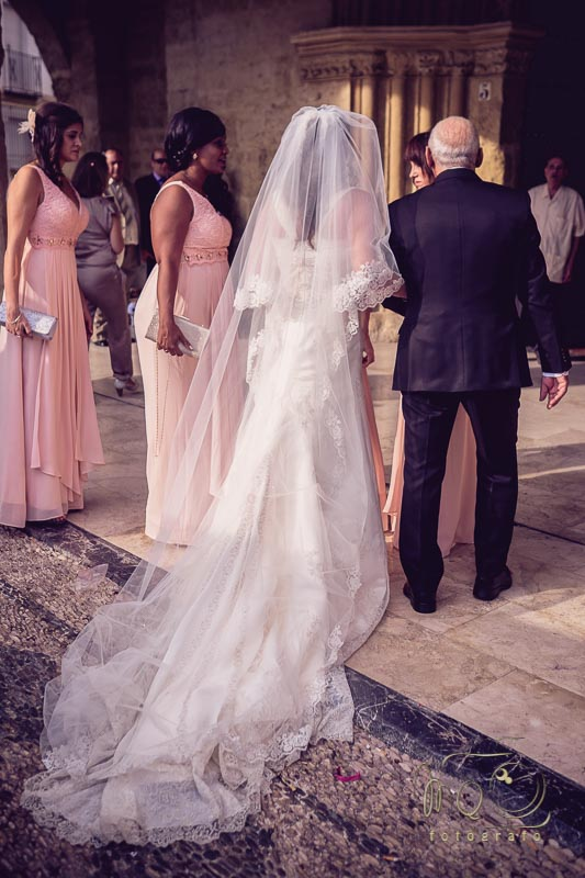 novia de la mano del padre entrando a la iglesia San Lorenzo Mártir de Córdoba