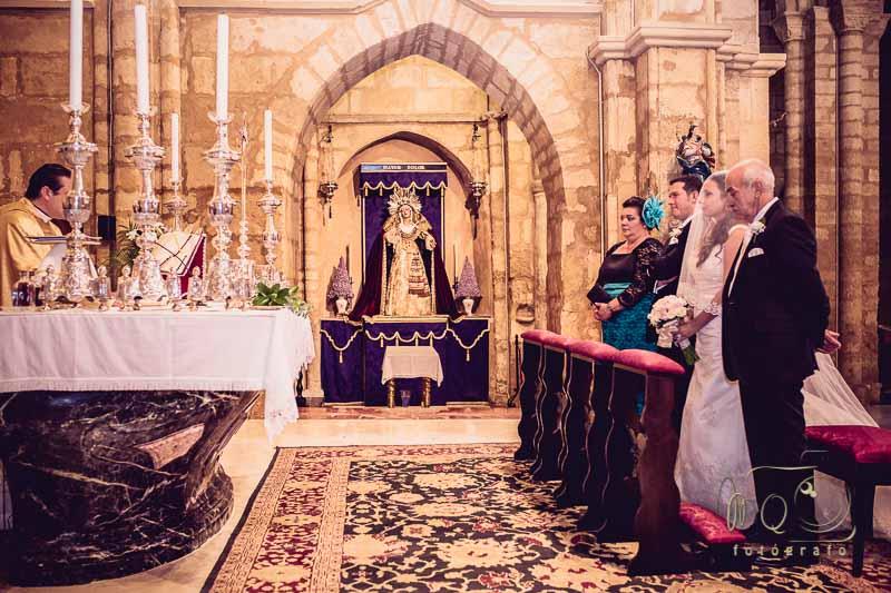 novios en el altar de la iglesia San Lorenzo Mártir de Córdoba