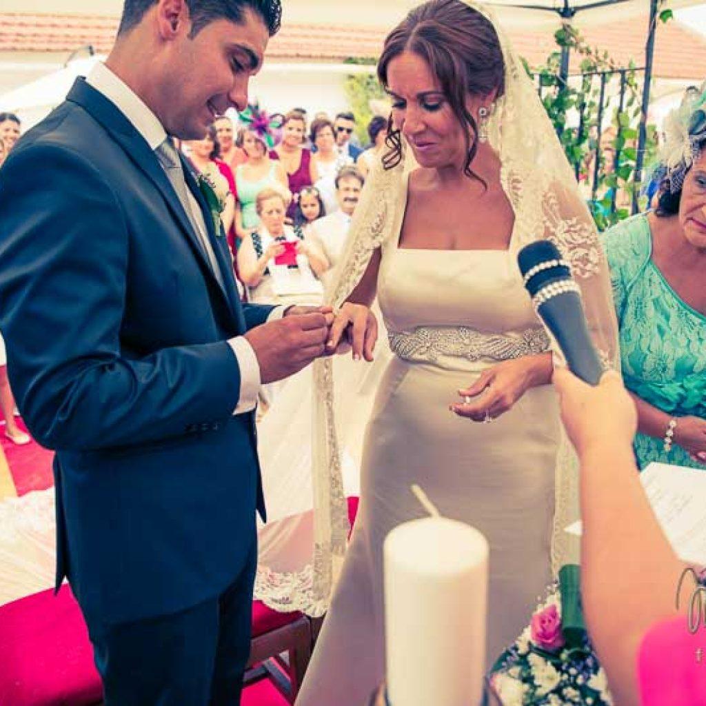 novios en el altar poniendose el anillo