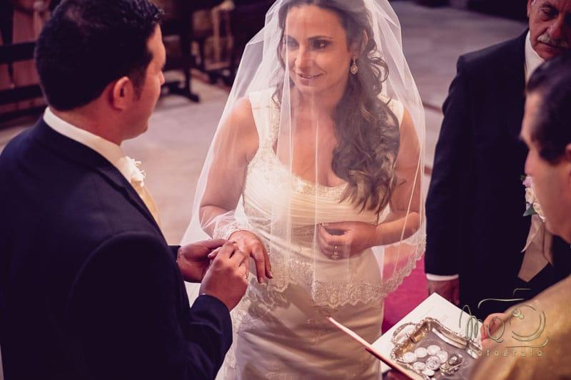 novio poniéndole el anillo a la novia