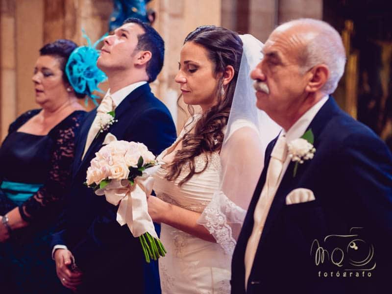 un momento de la ceremonia mientras el novio mira hacia arriba suspirando