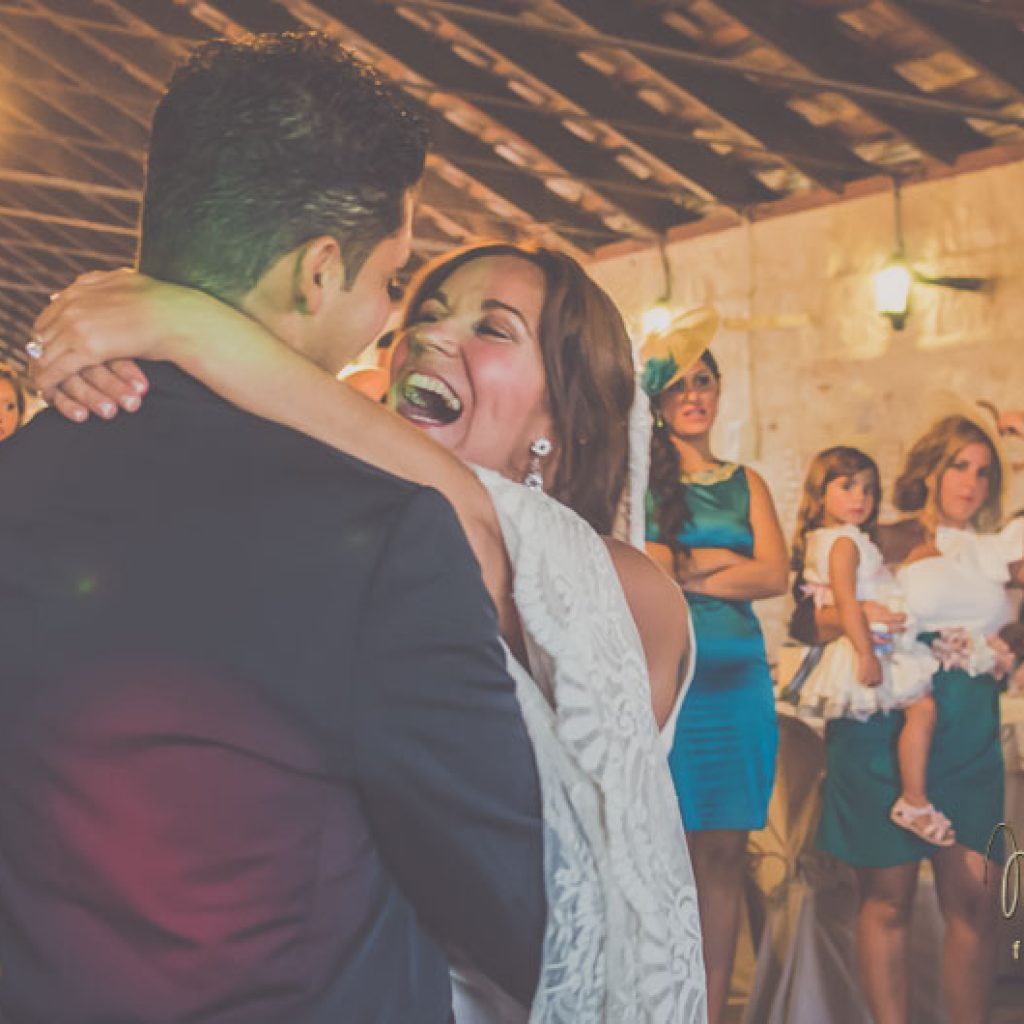 novios mirándose en el baile nupcial