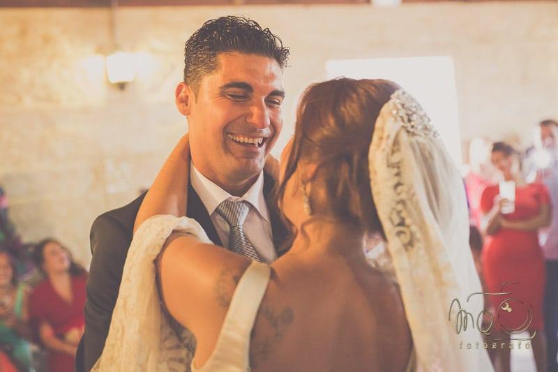 Baile de la pareja de novios donde se ve a Cristina con su vestido beige y velo sevillano amantillado