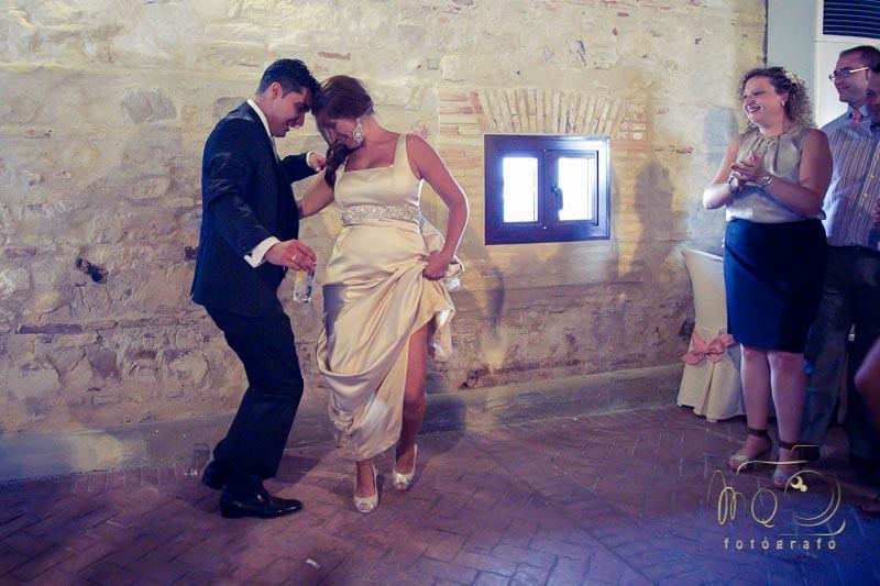 novios bailando con arte en el salón de bodas