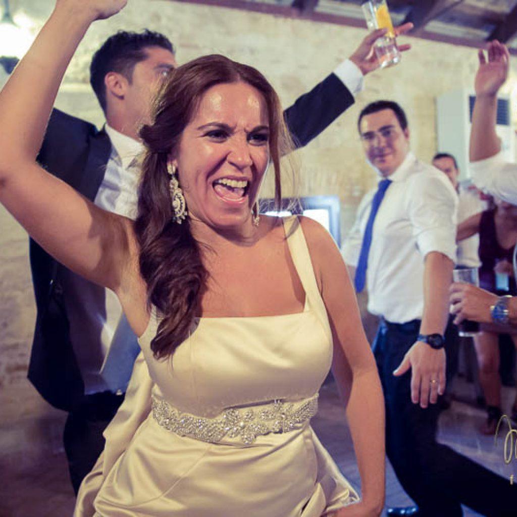 novia bailando divertida