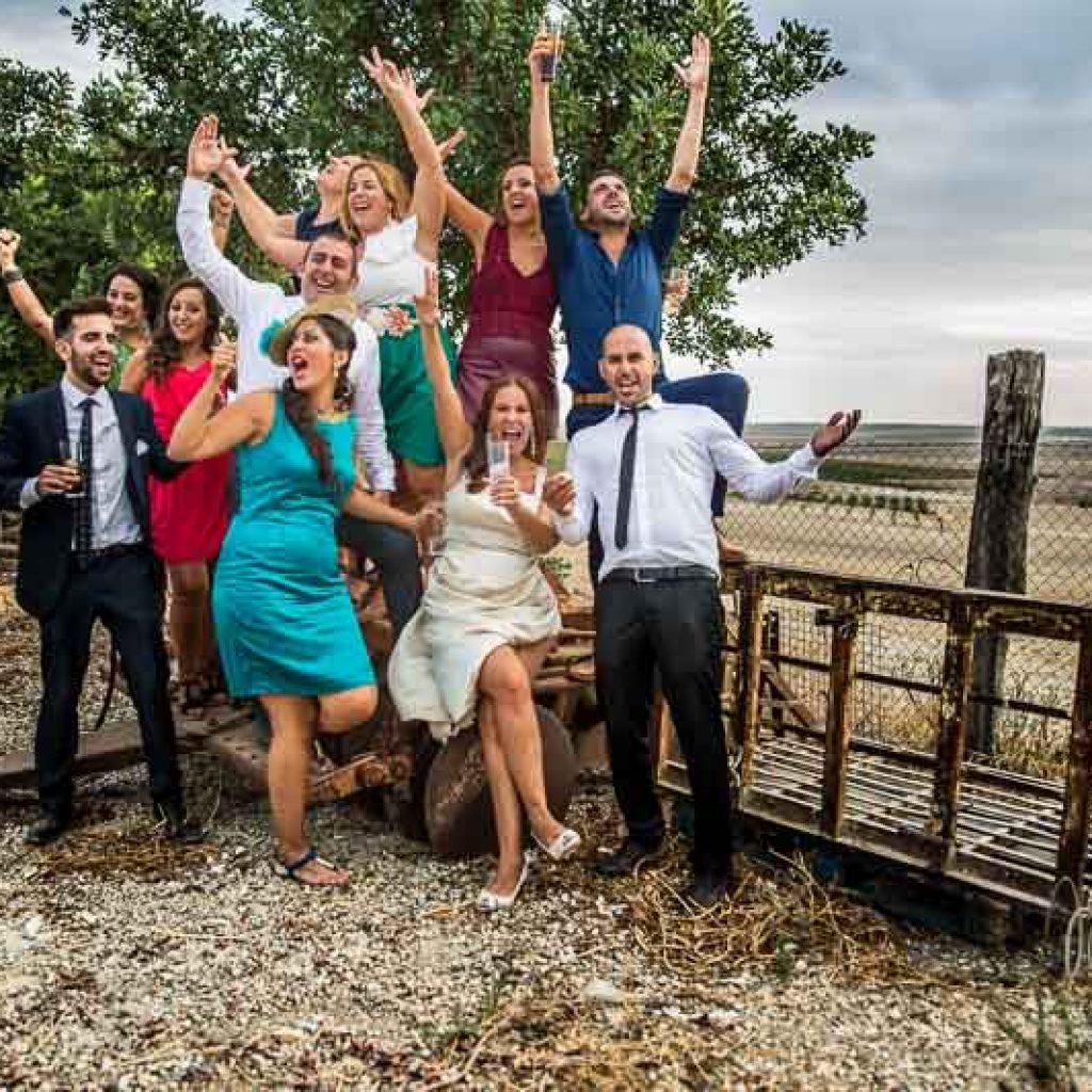 grupo de amigos alegres y brazos en alto