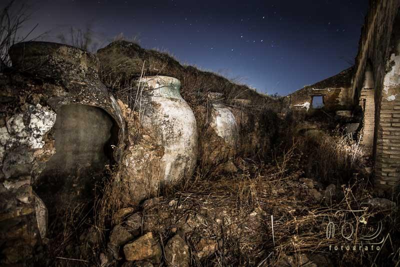 Hacienda El Palo de noche con tinajas rotas, es una hacienda de Olivar