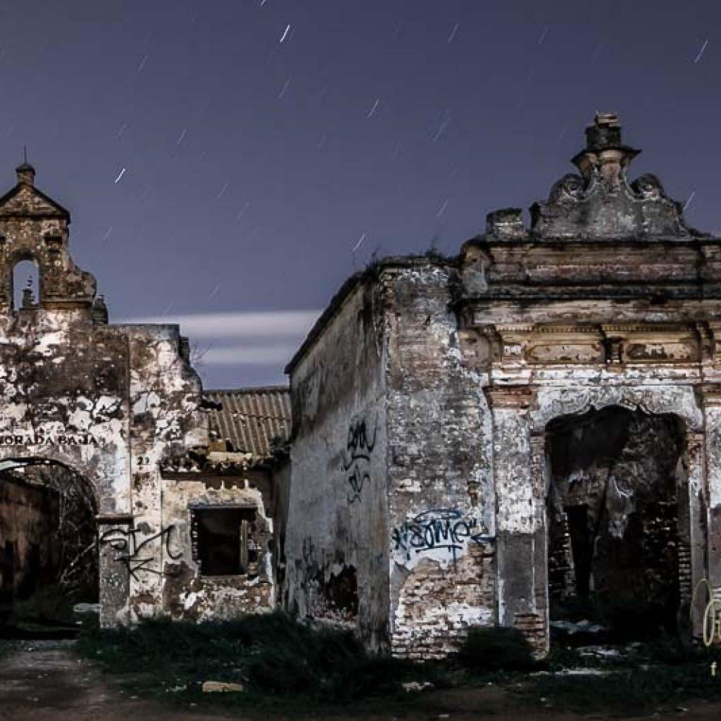 foto nocturna Fachada de la hacienda La Mejorada Baja en Los Palacios