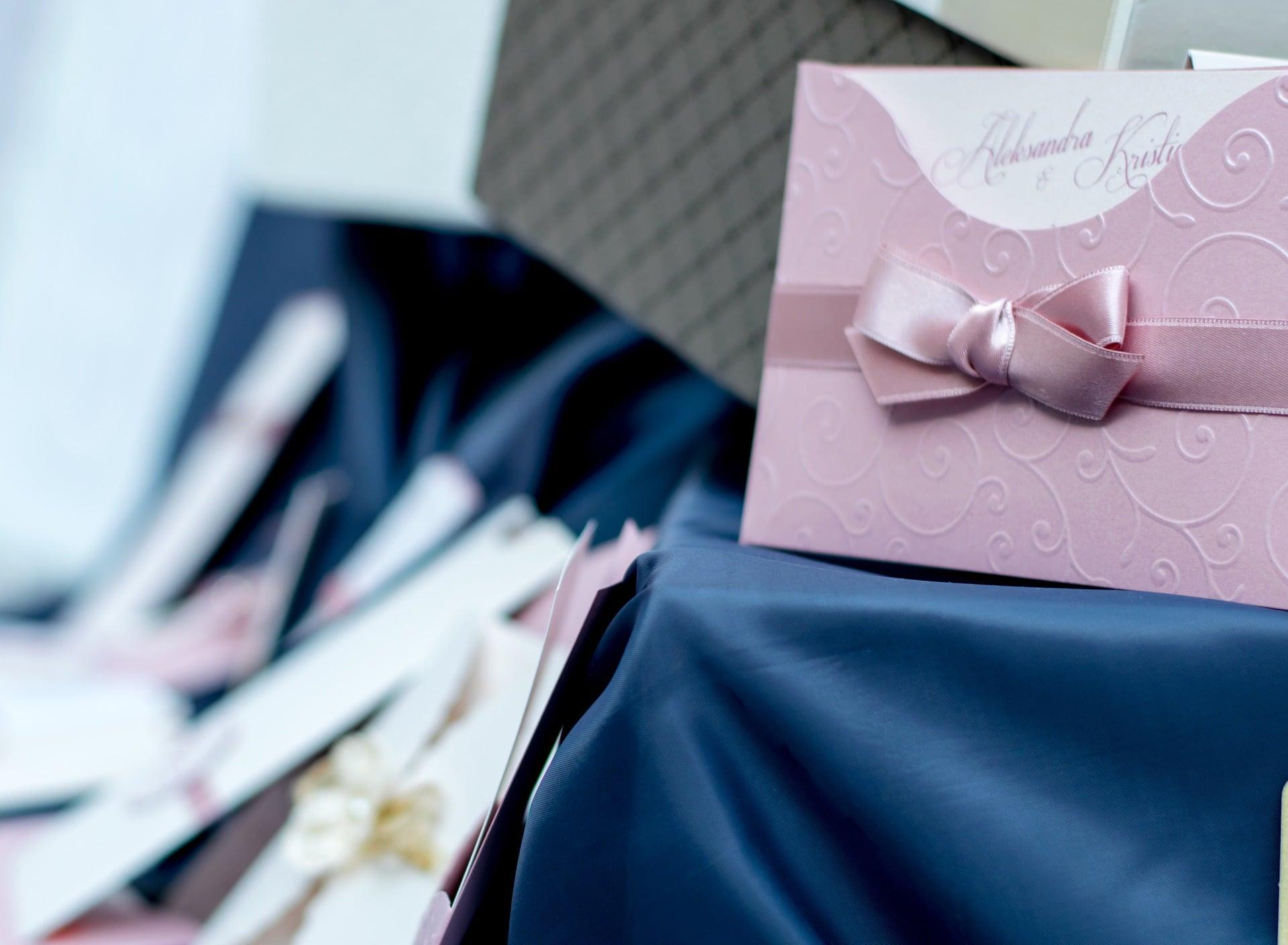 detalle de regalo con lazo rosa