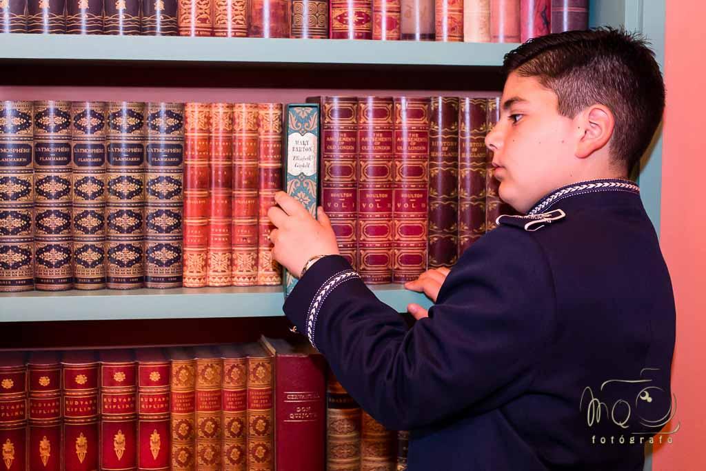 ReportaJe de fotos de la primera comunion, cogiendo un libro en casa señorial del siglo XVIII