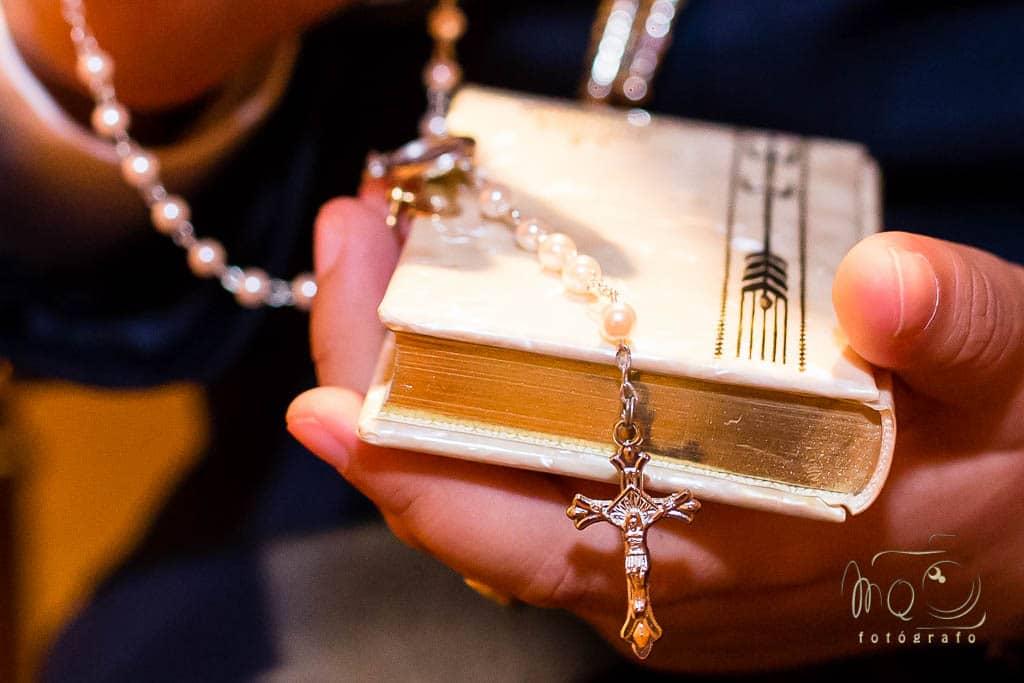 Detalle de libro de comunión y rosario