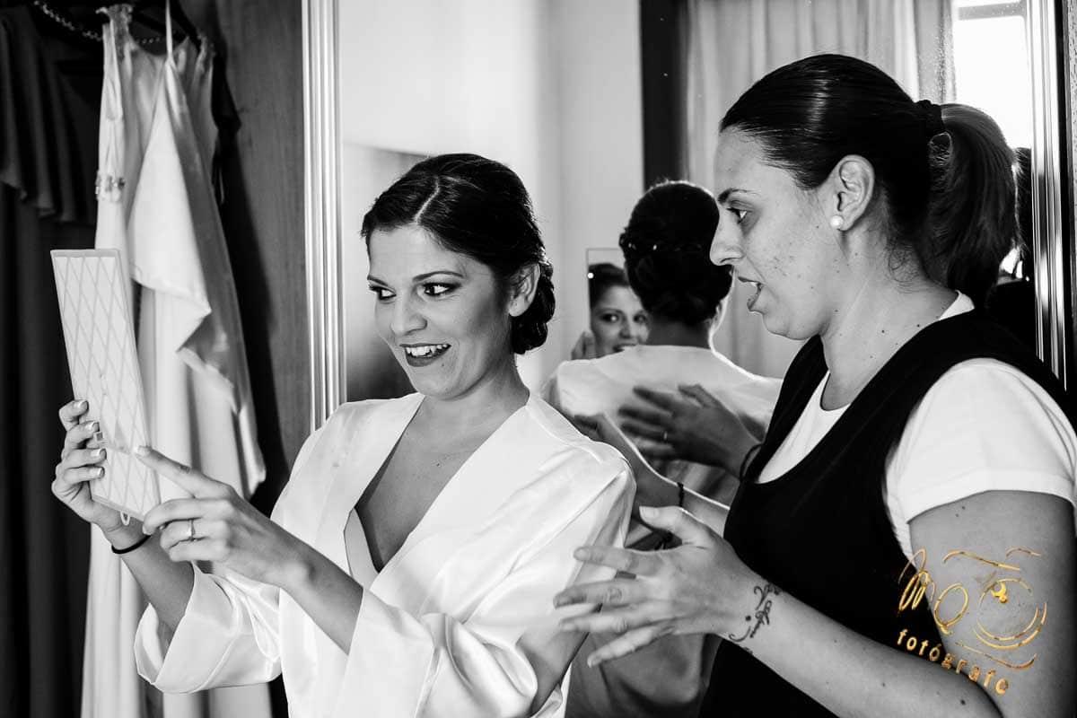 novia mirándose al espejo en su habitación
