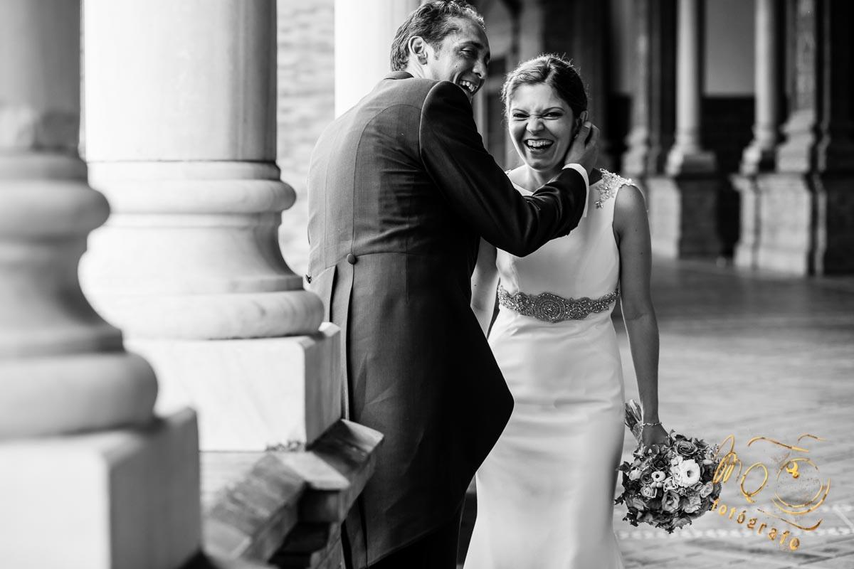 pareja de novios riéndose en pasillo de plaza de España Sevilla