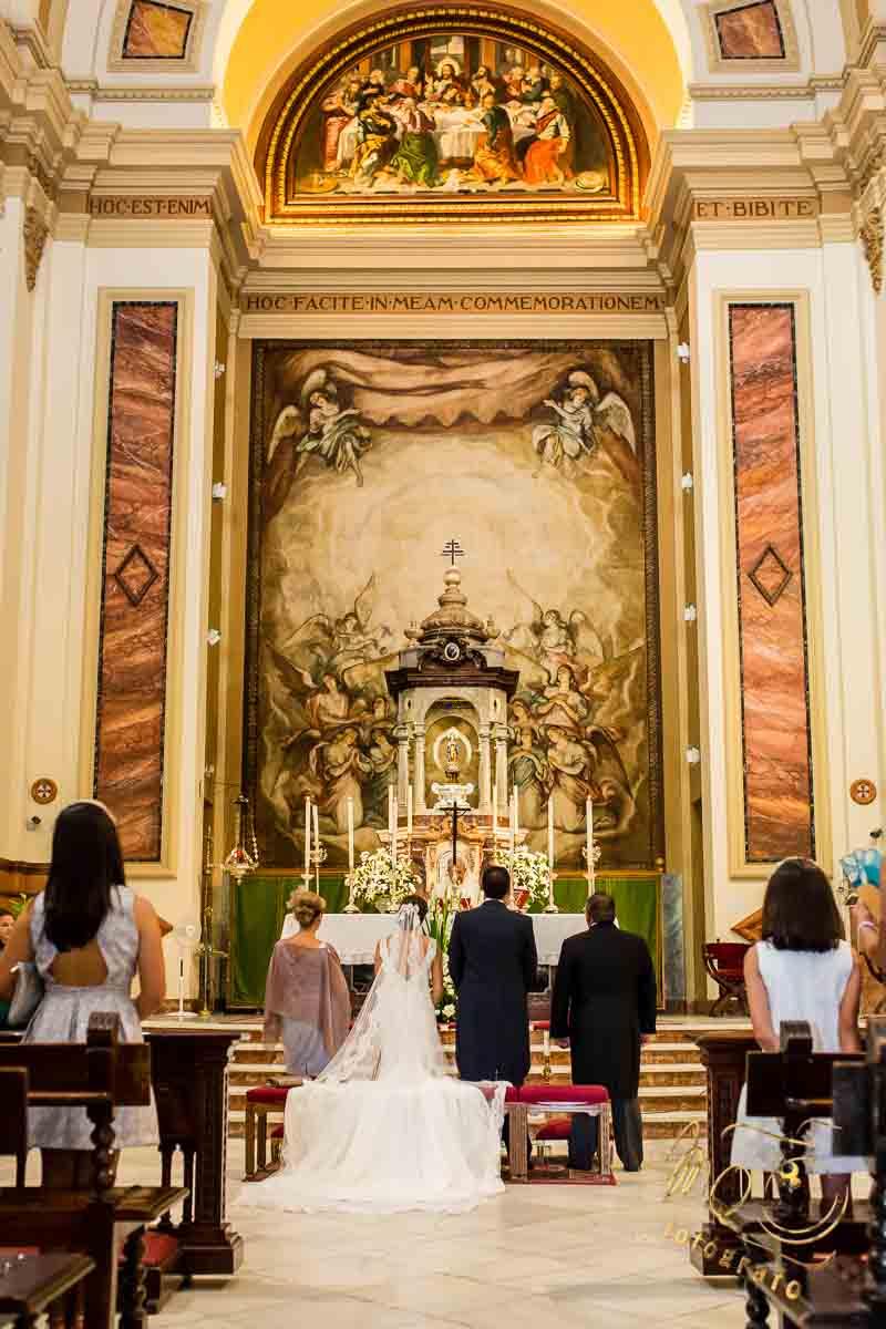 Interior de la parroquia el Corpus Christi con los novios en el altar