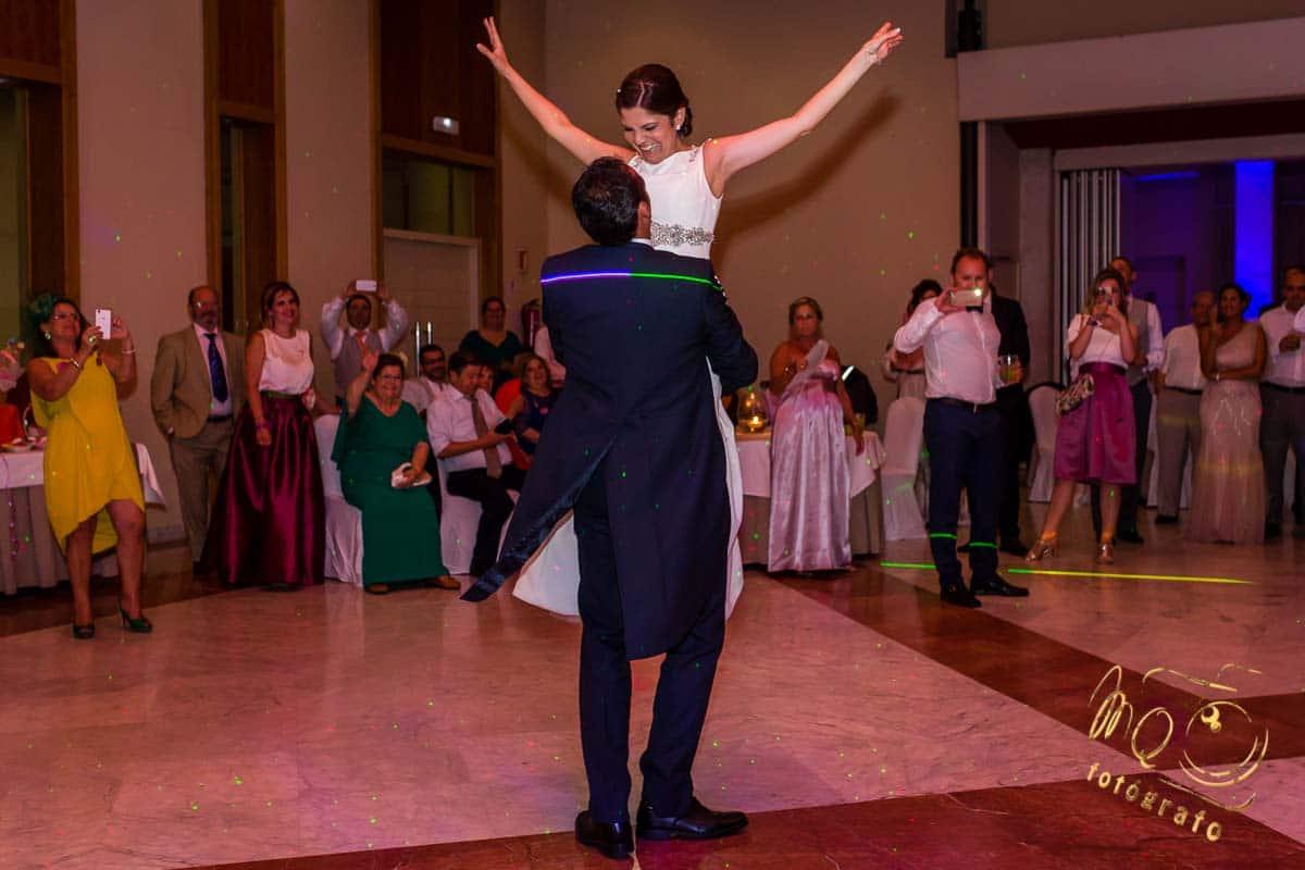 baile nupcial en salón de celebración