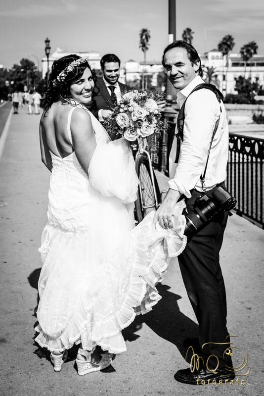 Foto de Perfil MQ Fotógrafo con la novia en el puente de triana