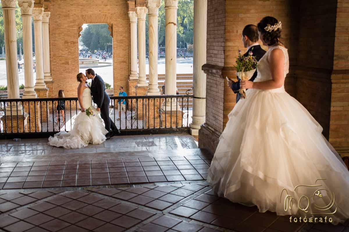 Dos parejas de novios en la plaza de España de Sevilla