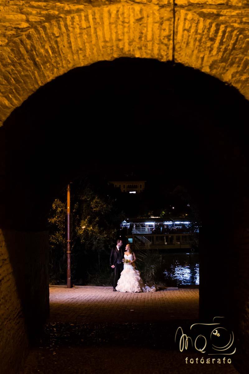 pareja de novios abrazados frente al río guadalquivir visto desde callejón de la Inquisición