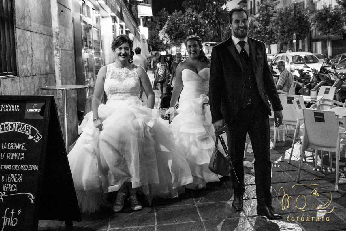 pareja de novios andando por Triana Sevilla