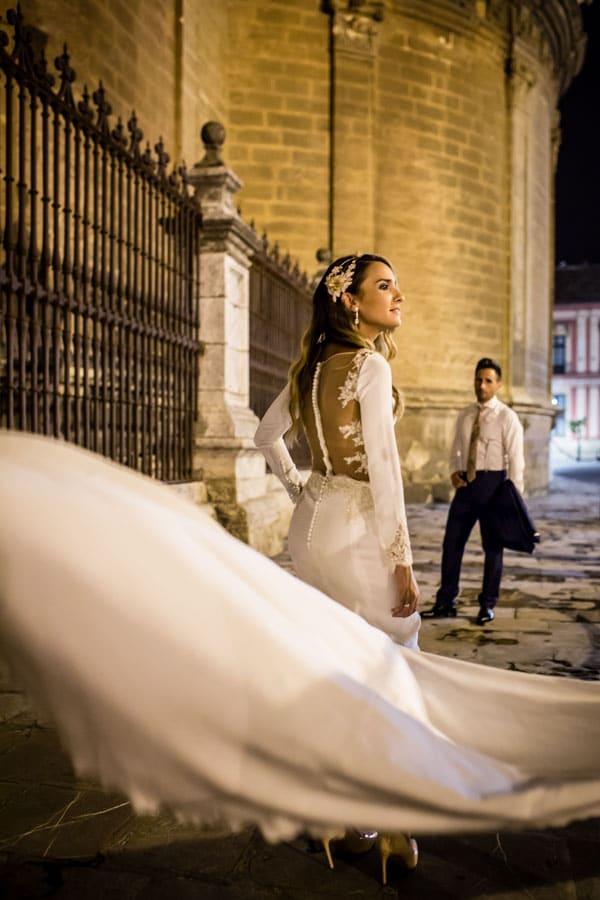 novia observada por el novio junto a la catedral de sevilla